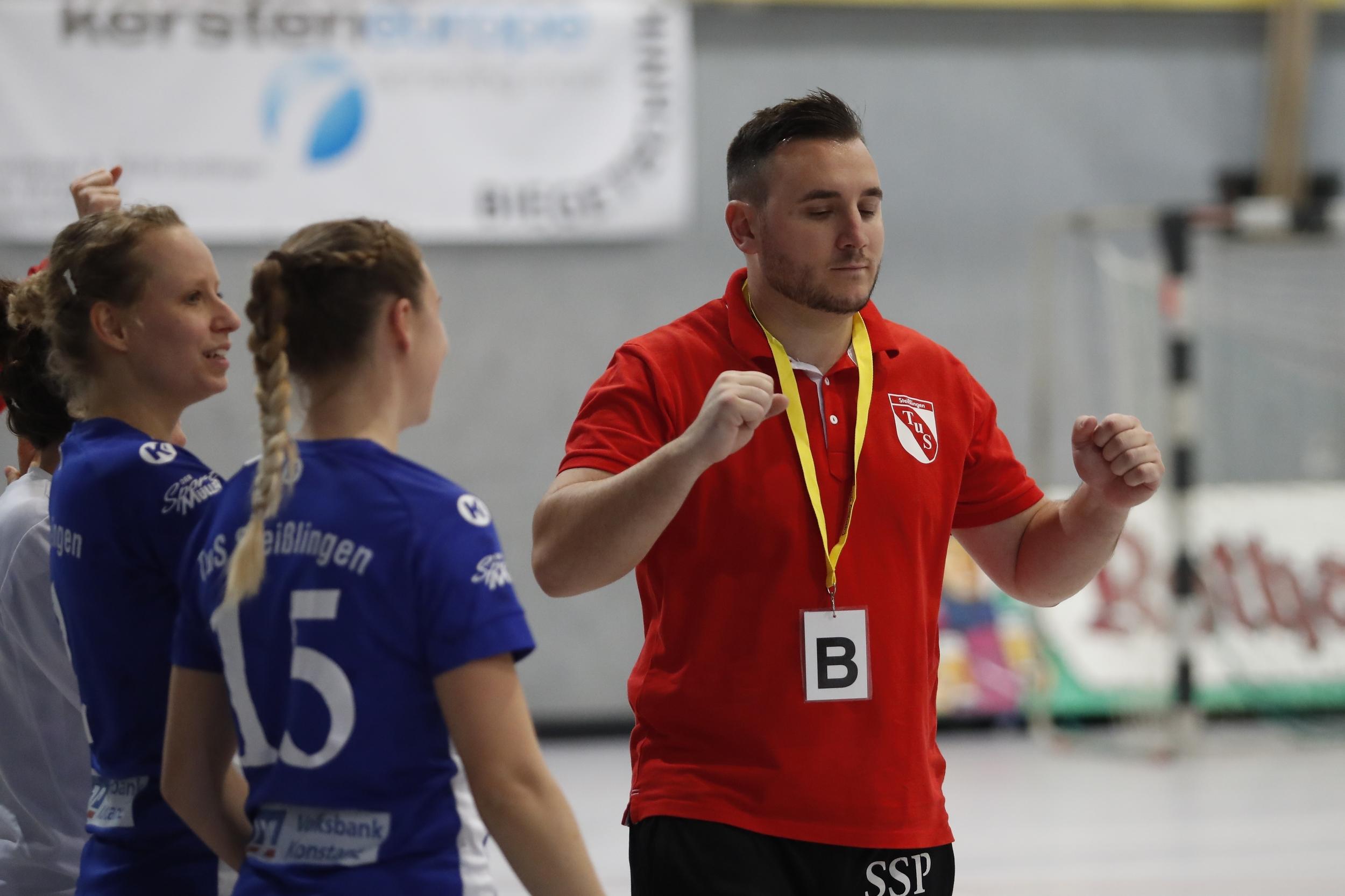 im Bild: Sascha Spoo Trainer TuS Steisslingen Damen beim Spiel in der BWOL zwischen dem TuS Steißlingen und dem SVA 2 in der Mindlestalhalle in Steißlingen